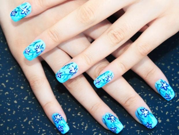 Ногти в голубых тонах
